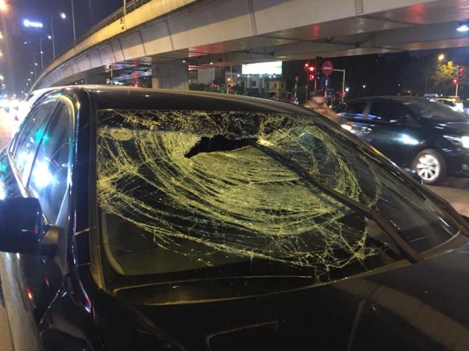 Chiếc xeô tô gây tai nạn bị hư hỏng phầnđầu.