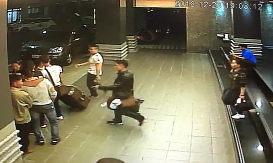 """oạn video từ camera giám sát cho thấy 152 du khách Việt Nam """"mất tích"""" khi tới Đài Loan đã rời khách sạn của họ ở TP Cao Hùng ngay sau khi nhận phòng. Ảnh: CNA"""