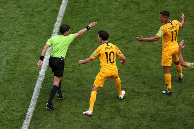 Trọng tài quyết định sử dụng VAR trong một trận đấu ở World Cup.
