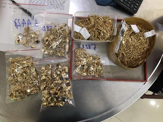 Tuấn mang hàng trăm lượng vàng đi bán thì bị phát hiện.