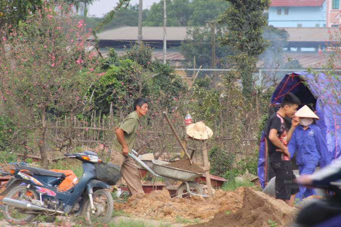 Đất mới được xúc và vận chuyển vào vườn.