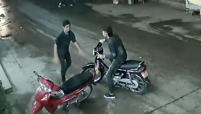 Đối tượng Nguyễn Cảnh An bỏ chạy sau khi gây án. Ảnh trích camera an ninh của người dân bên đường.