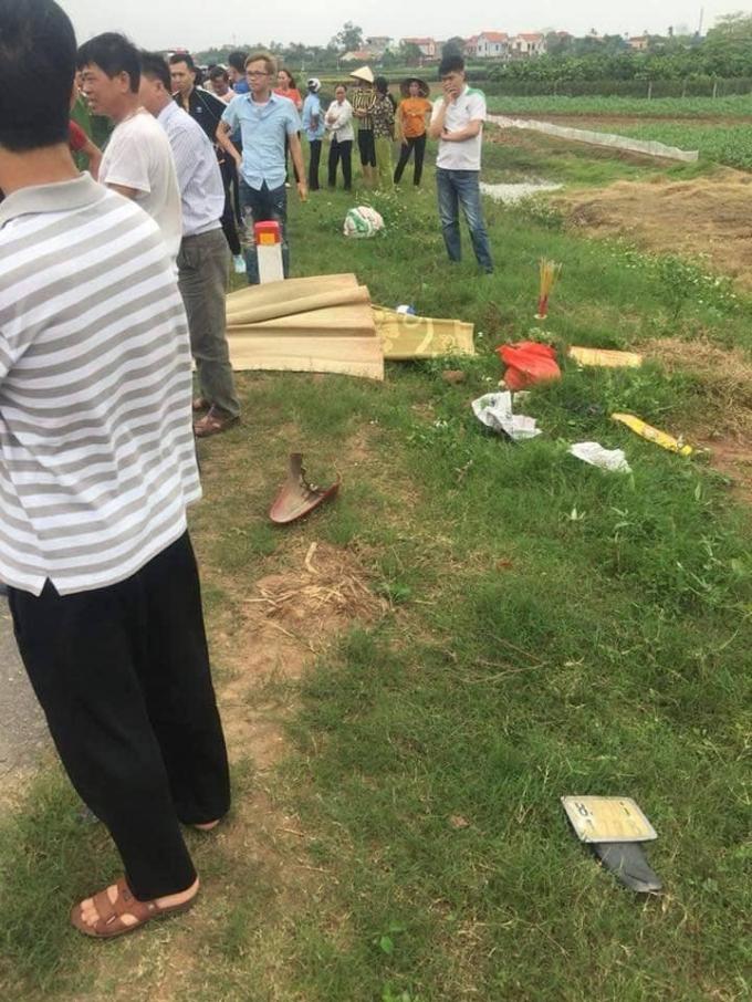 Người dânđứng xem sự việc, một phầnđuôi của xe máy vỡ tung, bắn ra lềđường.