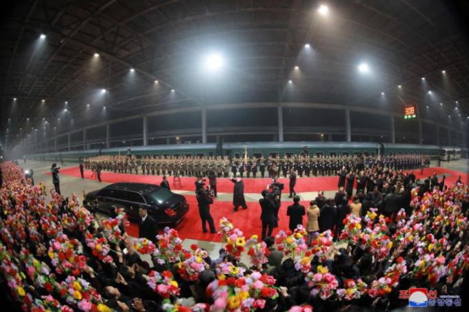 Nhà lãnh đạoTriều Tiênvề đến nhà ga Bình Nhưỡng lúc 3h sáng ngày 5/3. Ảnh:KCNA.