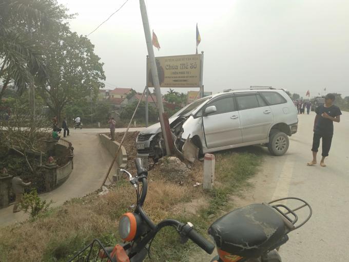 Rất may chiếc xe Innova đâm vào cột cờ không thì lao xuống chân đê có thể nguy hiểm đến tính mạng người ngồi trên xe.