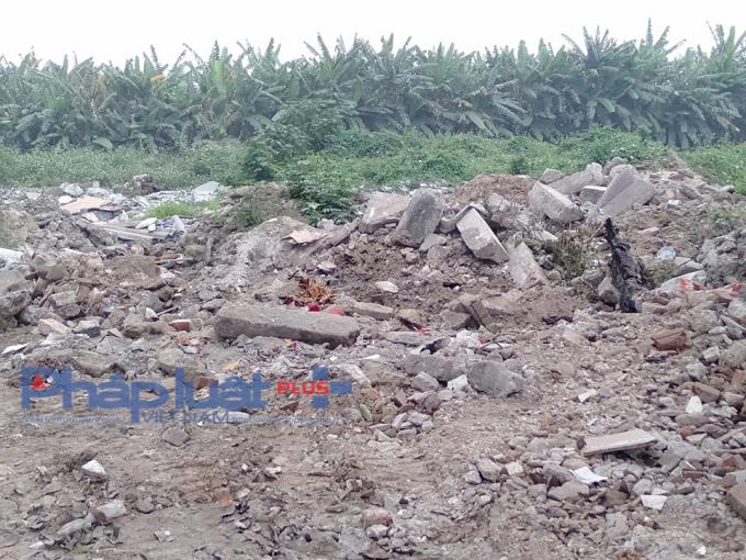 Sự việc này diễn rađã rất lâu, các loại phế thảiđổ ra cả trăm tấn như thế này, nhưng chính quyền xã Yên Thường và huyện Gia Lâm nói