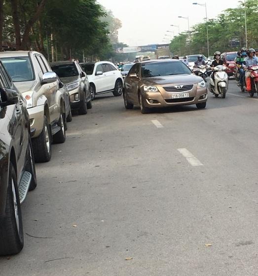 Tuyến đường Võ Chí Công là tuyến đườnglớn, các phương tiện tham gia giao thông lưu thông nhanh. Các xeô tô ngang nhiên đỗ dưới lòngđường như thế này vừa vi phạm luật giao thông vừa tiềmẩn nguy cơ gây tai nạn cao.