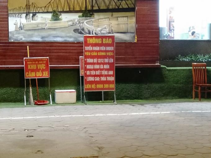 Thậm chí nhà hàng phở Lý Quốc Sư còn mang tấm biển cấmđỗ xe của UBND phường Xuân La vứt vào 1 góc tườngđể thận lợi cho việc kháchđỗ xe.