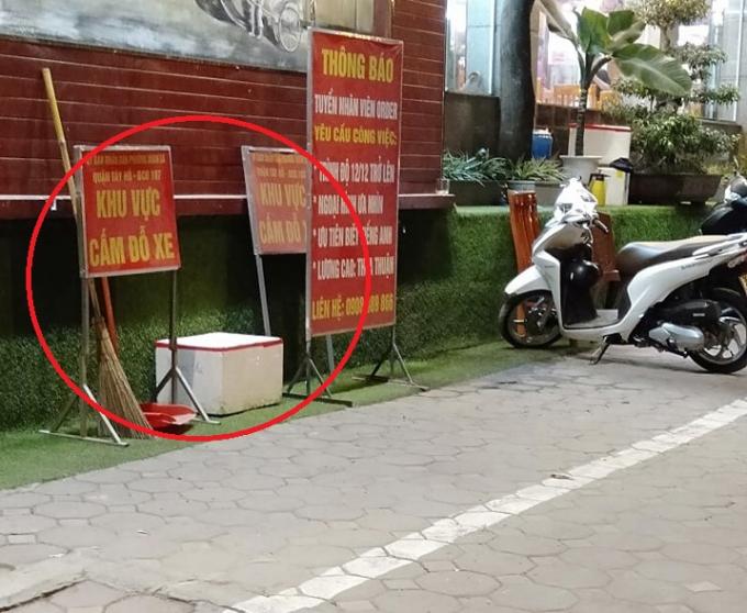 Mặc dù có biển báo cấmđỗ xe nhưng nhà hàngđem vứt vào 1 góc tường và coi như không có lệnh cấm của UBND phường Xuân La.Đồng thời Trưởng Công an phường Xuân La trả lời với phóng viên rằng