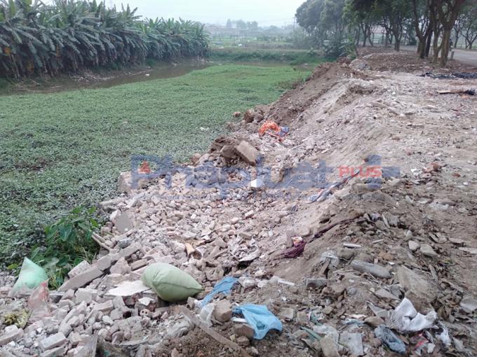 Phế thải vật liệu xây dựng đổ lấp mương, ruộng tại xã Yên Thường.