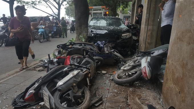 Những chiếc xe máy bị ô tô đâm nằm ngổn ngang, hư hỏng.