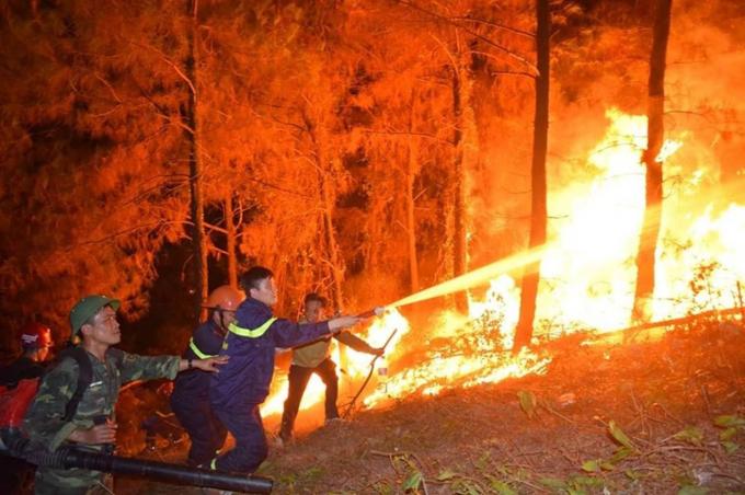 Lực lượng cứu hộ cùng nhân dân chữa cháy rừng tại Hà Tĩnh. Ảnh Tân Kỳ