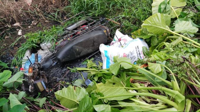 Chiếc xe máy dưới mương nước và bên dưới phát hiện có người phụ nữ đã t ử v ong.