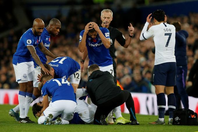 Các cầu thủ Everton vây lấy Gomes để hỗ trợ cho đồng đội. Tiền đạo Richardlison không tin những gì anh vừa nhìn thấy.
