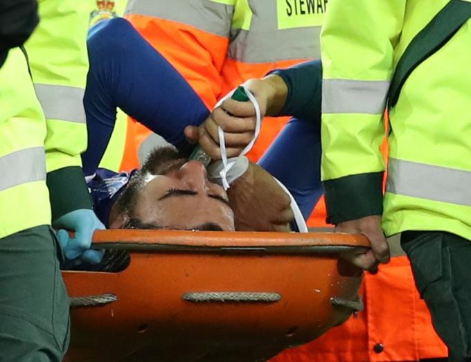 Gomes rời sân trên cáng sau pha bóng trên và được chở thẳng tới bệnh viện. Anh phải dùng thiết bị hỗ trợ hô hấp.