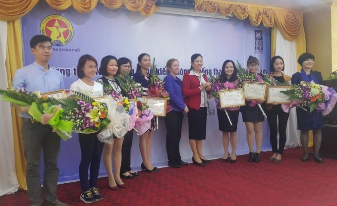 Phó Tổng Thanh tra Chính phủ Lê Thị Thủy tặng hoa cho 10 đại diện của Đề án.