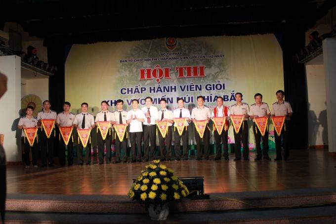 Ban giám khảo trao cờ lưu niệm cho các đơn vị tham gia.