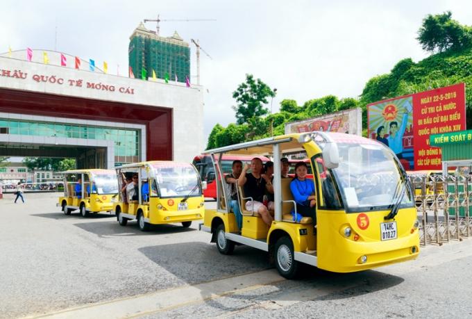 Đón du khách quốc tế từ Cửa khẩu bằng xe điện.