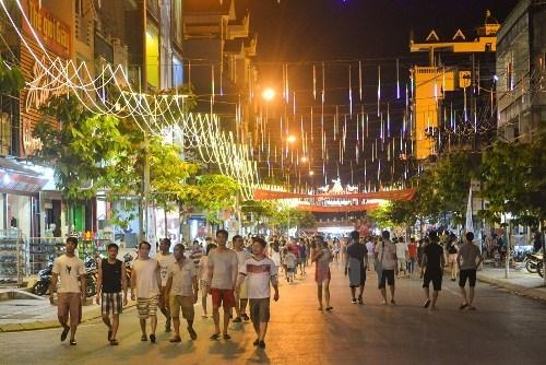 Phố đi bộ và ẩm thực - Một địa điểm hấp dẫn du khách tại Móng Cái.