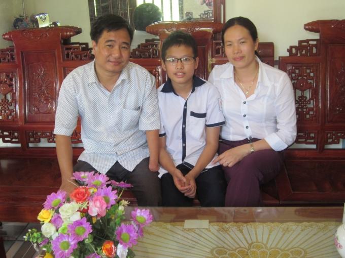 Thầy Hương bên vợ và cậu con trai đầu. Ảnh: Nguyệt Nguyệt