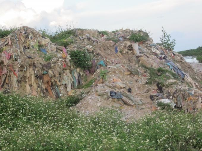 Cảnh tượng rác chất thành núi diễn ra từ nhiều năm, nhưng đến nay vẫn chưa có biện pháp xử lý triệt để. Rác được vứt dọc theo triền đê ven biển là hình ảnh quá đỗi quen thuộc với người dân nơi đây.