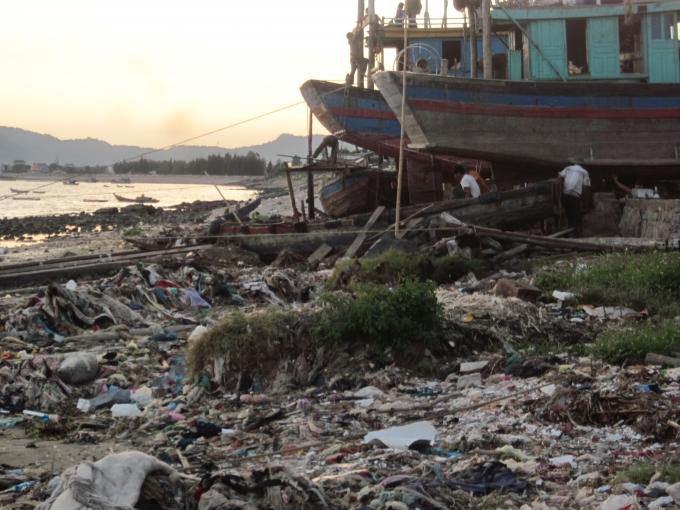 Cảnh tượng rác thải chất đống tại bờ biển đã diễn ra nhiều năm nhưng đên nay vẫn chưa có biện pháp xử lý triệt để.