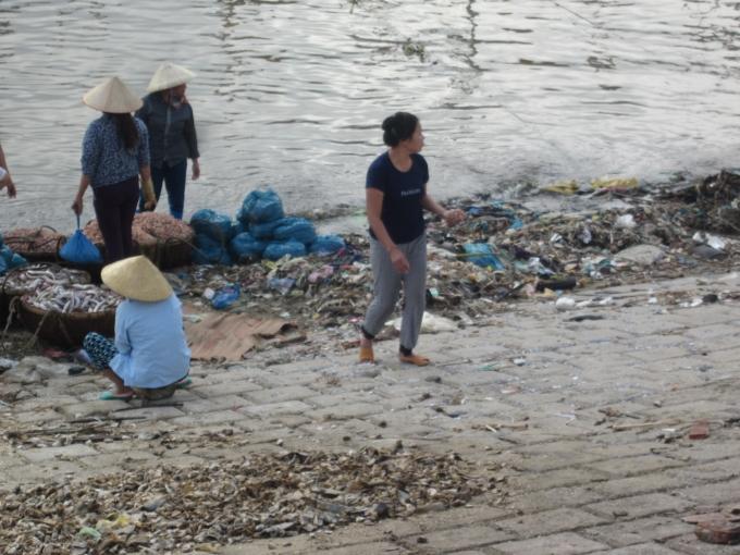 Dưới biển thì người dân đánh bắt, trên triền đê thì thải rác và là nơi chế biến hải sản mỗi khi có thuyền về;              Tôm, cá... được phơi trên rác                    Nơi vui chơi của trẻ em cũng ngay trên bãi rác. Trên bờ là hoạt động buôn bán, trò chuyện hàng ngày.                    các cống nước sinh hoạt hàng ngày được thải trực tiếp ra biển. Đen xì và hôi thối.