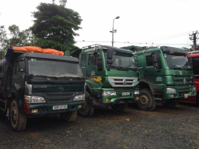 Hàng loạt xe tải hết hạn đăng kiểm bị băt giữ. (Ảnh: P.Tuấn)