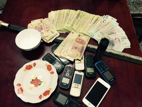 Tiền và tang vật liên quan ở sới bạc huyện Nga Sơn