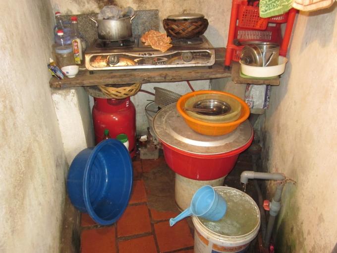 Đây là bếp + nơi tắm giặt siêu nhỏ của gia đình bà Nghi