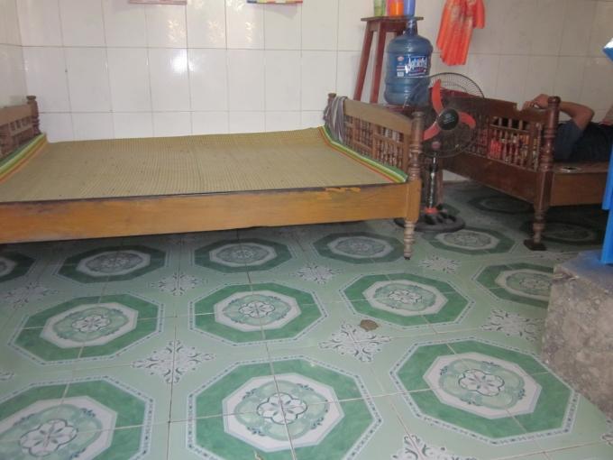 Căn nhà rộng khoảng 20m2 này là nơi sinh sống của 12 thành viên gia đình chị Thơm.