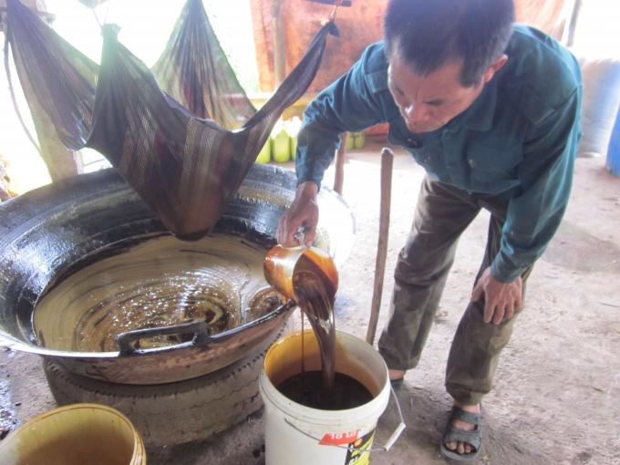 Người thợ làng nghề đã cho ra đời những chai mật vàng nâu, sóng sánh và có mùi thơm ngọt ngào.