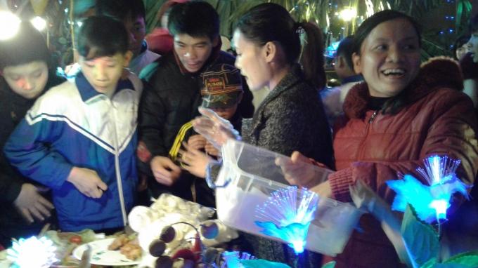 Các mặt hàng trong hội chợ được đông đảo mọi người quan tâm.