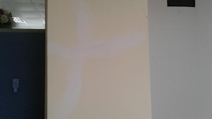 Cây cột này đã được chát lại,nhưng nhà thầu chỉ sơn trắng lại. Không hoàn trả theo đúng màu sơn ban đầu.