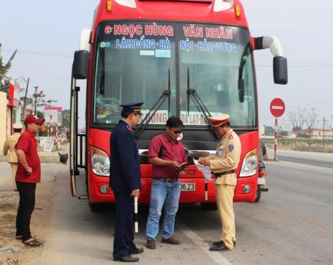 CSGT đang kiểm tra một xe khách chạy tuyến Lâm Đồng - Hà Nội - Hải Dương. Ảnh: PT