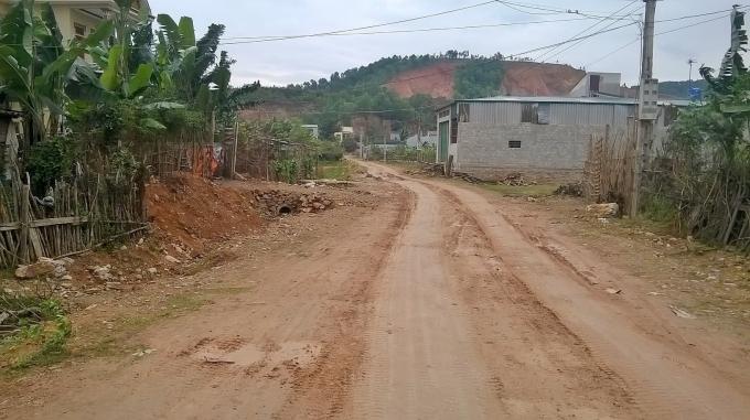 Theo người dân cho biết, xã lấy vào nhà các hộ dân (bên trái đường) từ 4-6m.