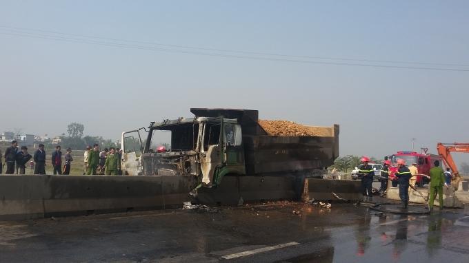 Cú đâm kinh hoàng của xe tải làm dải phân cách bị xô lệch.