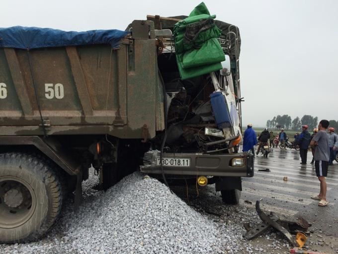 Đầu xe tải bị nát bươm.