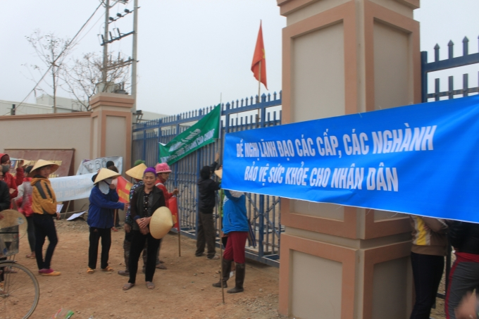 Người dân tụ tập, kéo băng rôn trước cổng nhà máy gây ô nhiễm hoạt động trở lại.