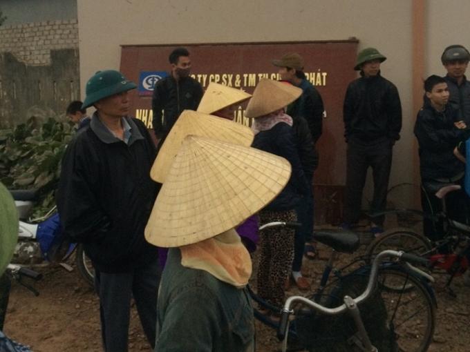 Người dân tụ tập phản đối trước cổng nhà máy.