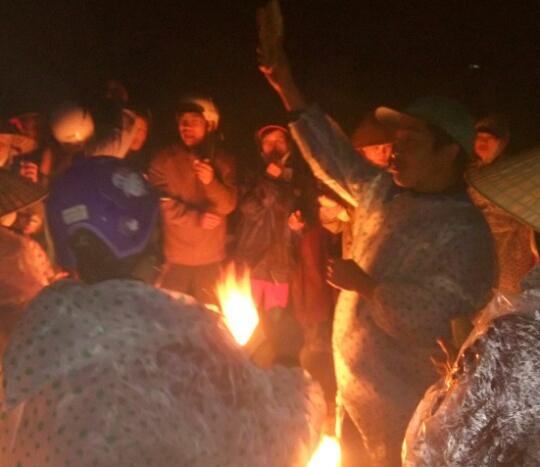 Người dân đốt lửa trong đêm để quyết phản đối đến cùng việc công ty này hoạt động.