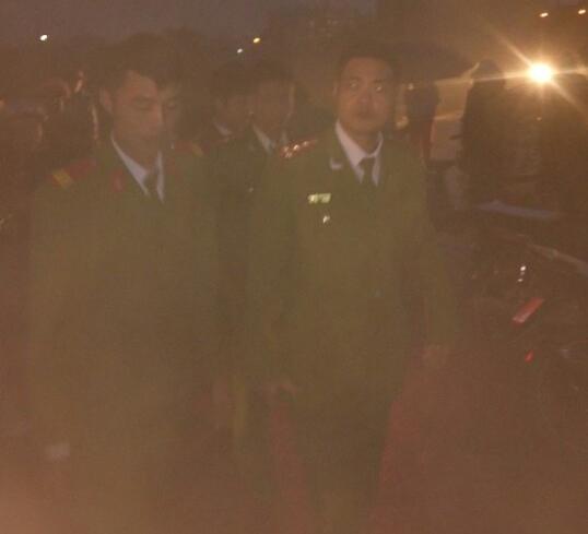 Lực lượng công an làm nhiệm vụ an ninh trật tự ngay khi xuất hiện sự việc người dân tụ tập trước cổng nhà máy này.