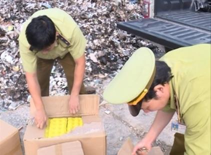 Lực lượng chức năng đang kiểm tra số trứng nhập lậu từ Trung Quốc.