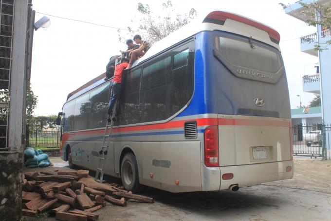 Chiếc xe biển số Lào cùng số gỗ trắc đã bị bắt giữ.
