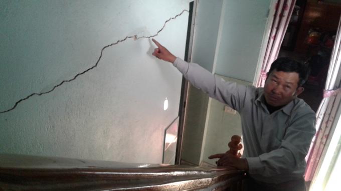 Ông Lâm bức xúc chỉ từng vết nứt trên tường do DN Nhật Dung dùng mìn khai thác đá. Ảnh: Nguyệt Chi