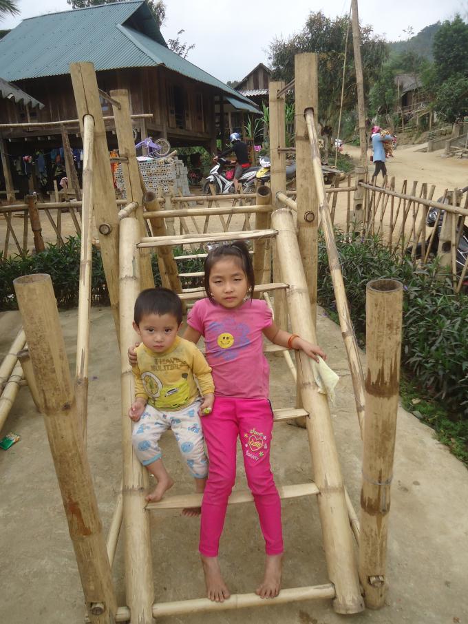 Những trò chơi của các em cũng tận dụng làm từ tre, gỗ.