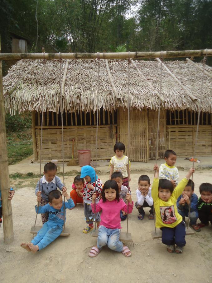 Lớp học của các em học sinh mầm non được làm từ tre, gỗ, mái tranh đơn sơ.