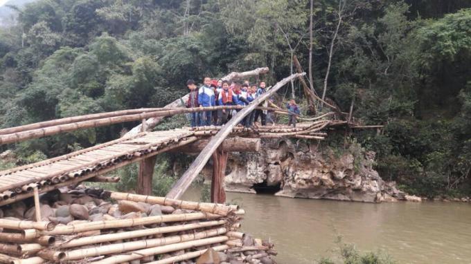 Bởi mỗi khi mùa mưa về, cầu lại bị nước cuốn trôi. Có năm đến 5-6 lần làm lại cầu.