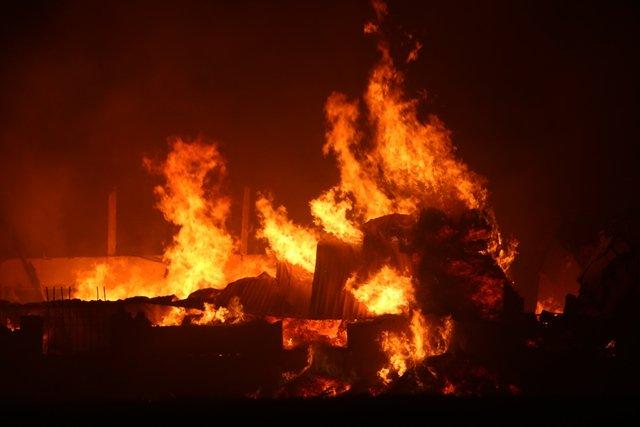 Ngọn lửa thiêu rụi nhà xưởng, hàng hóa thành tro bụi.
