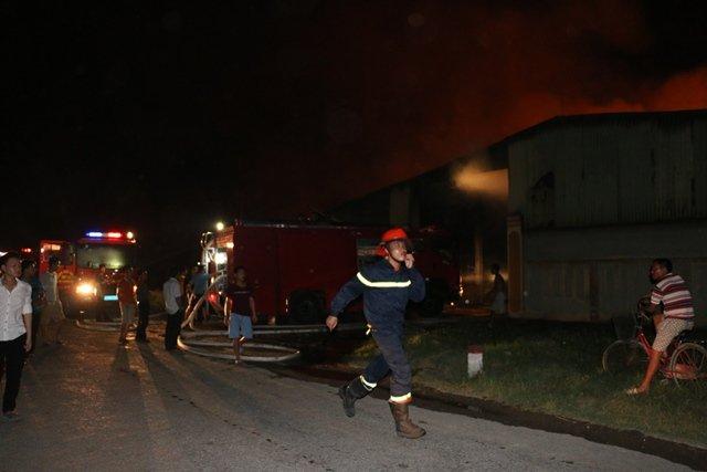 Hàng trăm chiến sĩ, hàng chục xe chữa cháy nhanh chóng có mặt khống chế đám cháy.